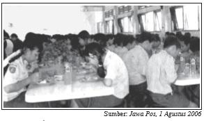 Pada jam istirahat para siswa makan dan minum di kantin sekolah.