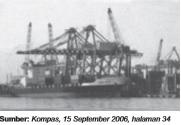Kegiatan ekspor impor di pelabuhan.